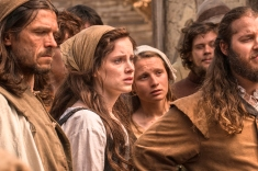 Sophie Rundle en JamestownSeries 1 Episode 1Sky1Sophie Rundle as AliceAlice watches as Silas is questions© Carnival Film & Television Limited 2017Credit: Katalin Vermes